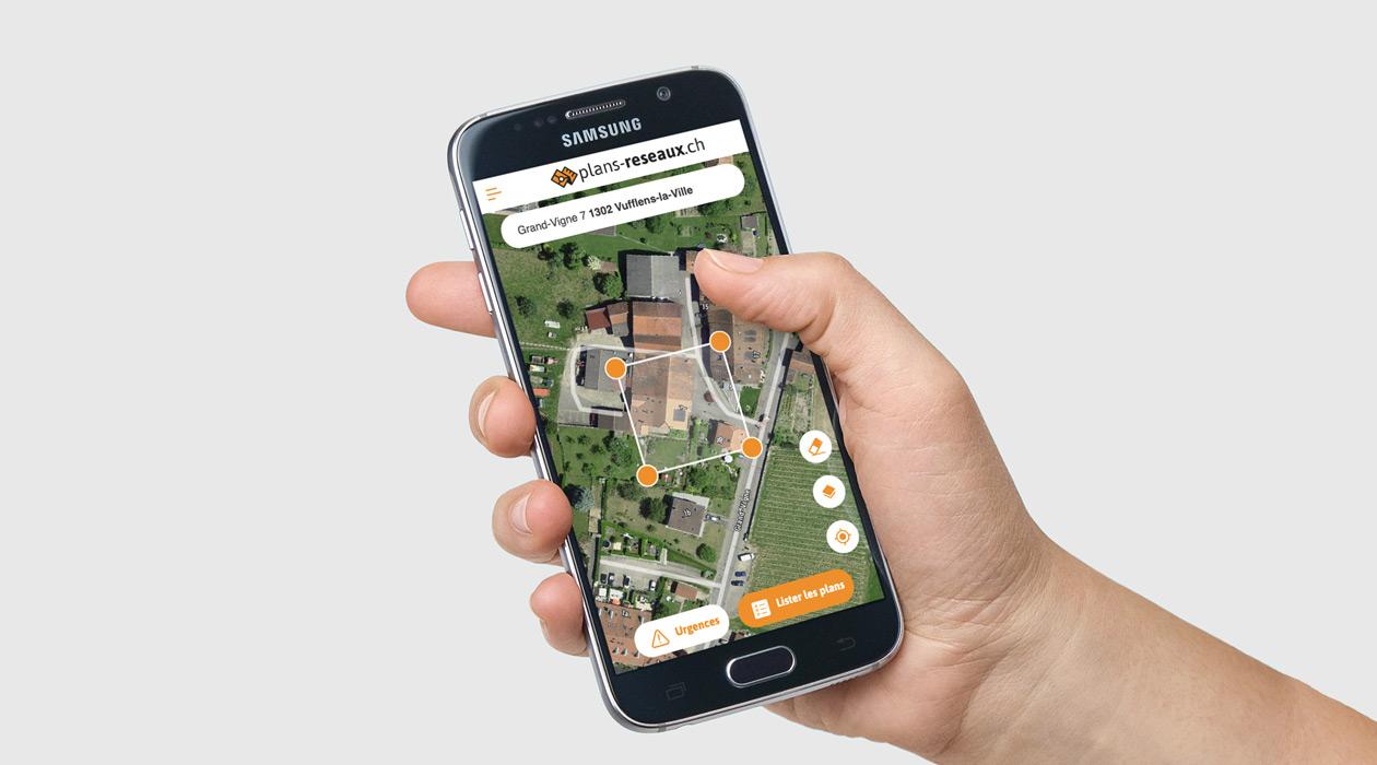 Vue de plans-reseaux.ch sur un smartphone tenu par une main
